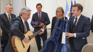 Fernández y Macron en confianza durante el intercambio de regalos