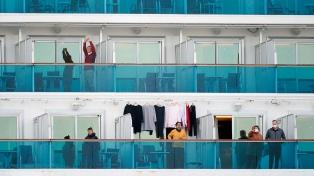 Películas, shows y rompecabezas: la vida en el crucero en cuarentena por coronavirus