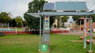Proponen instalar una estación solar para carga de agua caliente y celulares en plazas