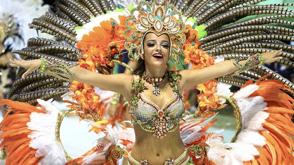 Miles de personas asisten todos los años en febrero al Carnaval de Corrientes