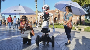 Presentan a una robot humanoide para crear conciencia sobre el desarrollo de armas letales autónomas