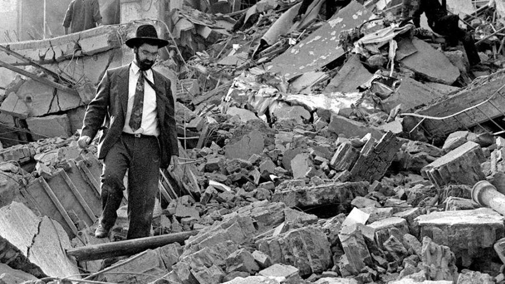 El 18 de julio de 1994, un coche bomba destruyó la sede de la AMIA dejando 85 muertos y 300 heridos.
