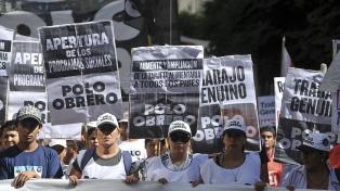 """Organizaciones piqueteras se movilizaron """"contra el pago de la deuda externa y el hambre"""""""