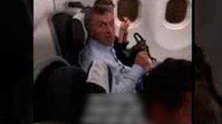 Increparon a Mauricio Macri en un avión