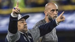 """Maradona saludó a los hinchas de Belgrano vestido de """"Pirata"""""""