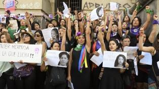 Multitudinaria marcha feminista en Santiago, en el Día Internacional de la Mujer