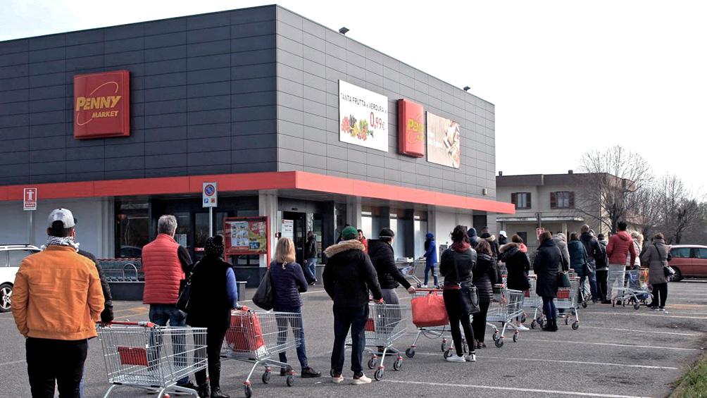 Largas filas en los supermercados de Italia antes del inicio de la cuarentena