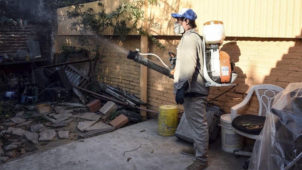 Una medida para eliminar al mosquito es limpiar recipientes y eliminar elementos que puedan juntar agua.