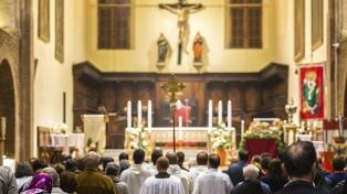 El Episcopado recomendó dar la comunión en la mano y no realizar el saludo de la paz