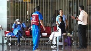 Envían a sus países de origen a pasajeros llegados de naciones declaradas de riesgo