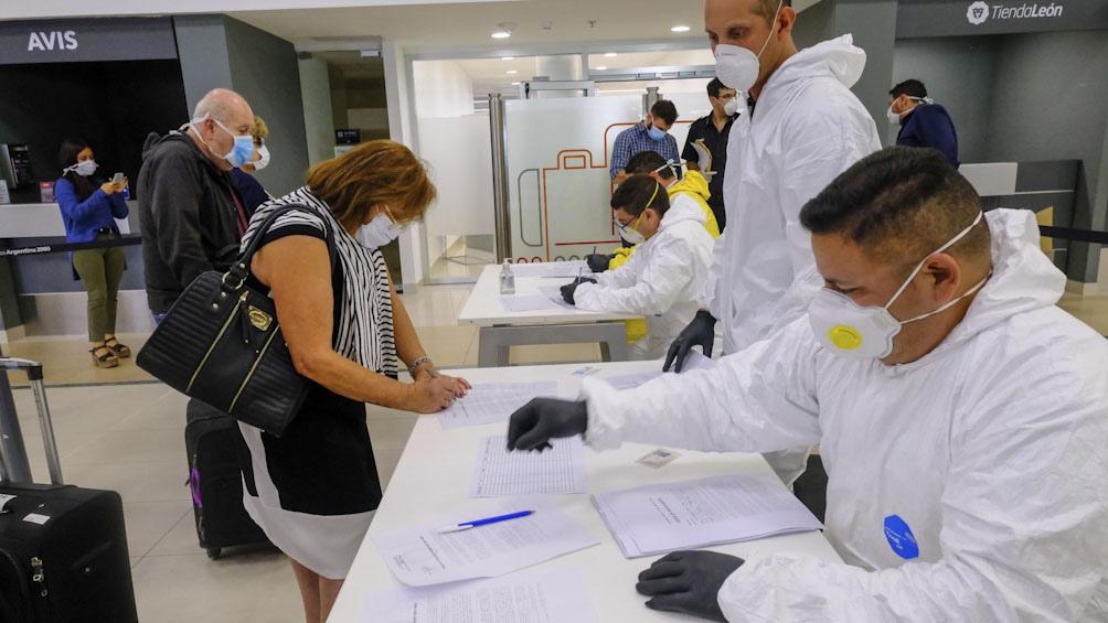 Especialistas advirtieron que quienes llegan al país deben cumplir la cuarentena.