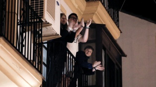 Aplaudir desde el balcón, una forma de agradecer y enfrentar la soledad