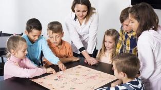 Recomiendan jugar con los niños y no abusar de las pantallas