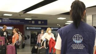 ¿Cómo es el operativo de los Cascos Blancos para recibir en Ezeiza a los argentinos que vuelven?