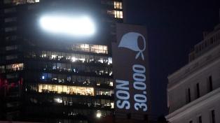 Un proyectorazo desde ventanas, balcones y terrazas acompaña la vigilia de un nuevo aniversario del golpe