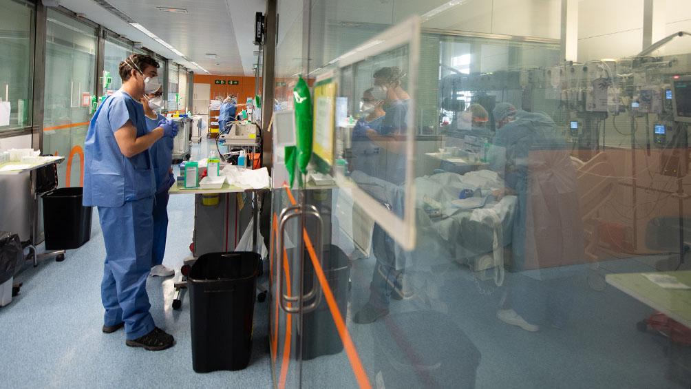 Los muertos y contagios diarios por coronavirus vuelven a bajar en España