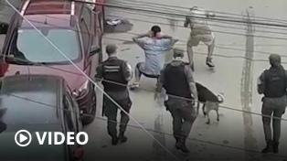"""Separan a tres gendarmes por """"bailar"""" a dos jóvenes que violaron el aislamiento en el Bajo Flores"""