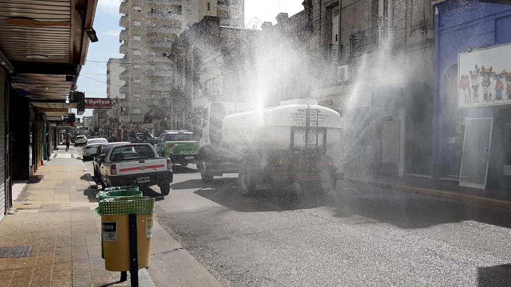 En Azul prueban desinfectar las calles con un camión que rocía lavandina diluida