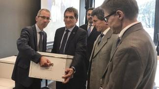 Claudio Avruj recibe en Ginebra el informe de Cruz Roja Internacional.