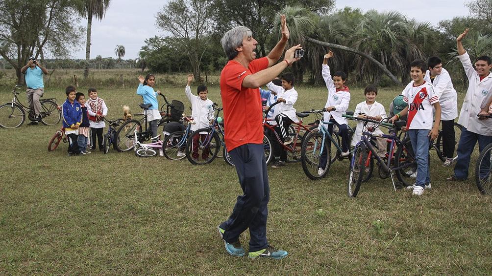 Julio Aro y la Fundación No me olvides llevó bicicletas a chicos correntinos de Colonia Pando.