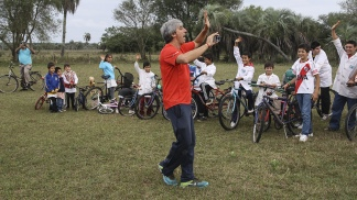 La Fundación No me olvides llevó bicicletas a chicos correntinos.