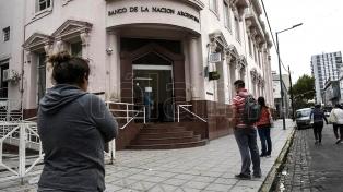 Jubilados y beneficiarios de planes sociales aguardan la reapertura de los bancos