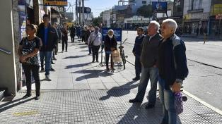 Largas filas, poco distanciamiento en bancos y controles en paradas de transportes