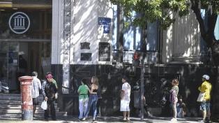 En sillas y con mate cocido, los bancos realizaron el pago a jubilados en las provincias