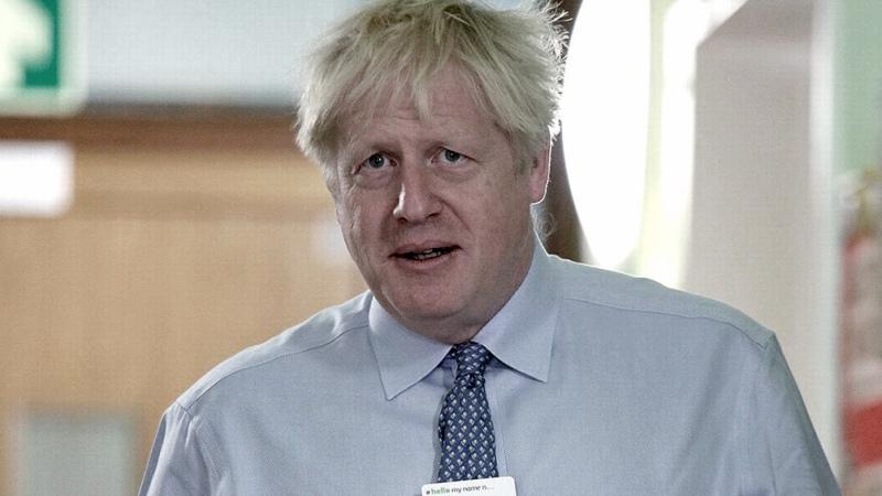 Boris Johnson, estable y de buen ánimo tras primera noche en terapia intensiva