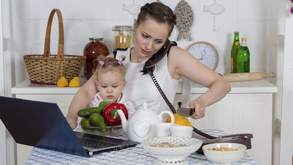 En los espacios laborales las mujeres conviven con dinámicas que hacen difícil combinar vida personal y profesional.