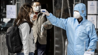 Desplome económico por el coronavirus y crece la presión para aliviar las cuarentenas