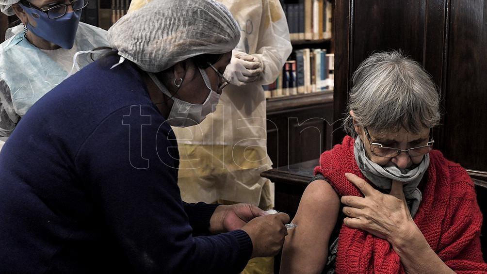 """""""la idea es vacunar a toda la población mayor de 18 años"""" dado que """"las vacunas aún no están probadas en niños y niñas""""."""