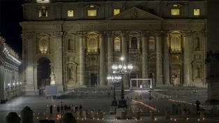Francisco encabezó un inédito Via Crucis en una Plaza San Pedro vaciada por el coronavirus