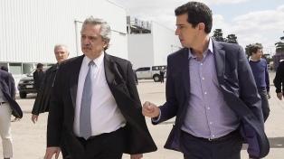 Fernández le regaló dos libros al ministro Wado de Pedro, en el día de su cumpleaños
