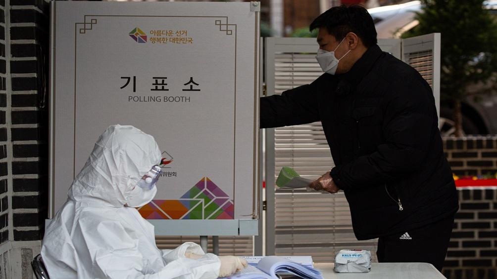 Los surcoreanos votaron bajo estricto protocolo en pleno auge del coronavirus