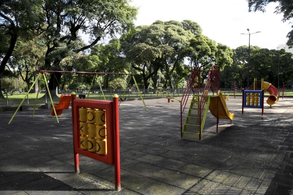 Una plaza sin niños, postal repetida del aislamiento social. Foto: Raúl Ferrari. (Télam)