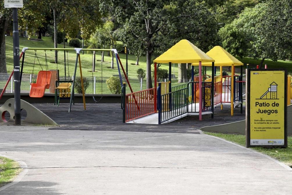 Otra postal de la falta de actividad infantil en las plazas porteñas. Foto: Raúl Ferrari. (Télam)