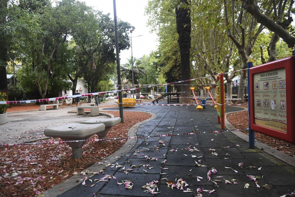 Juegos y bancos clausurados. Foto: Ramiro Gómez. (Télam)