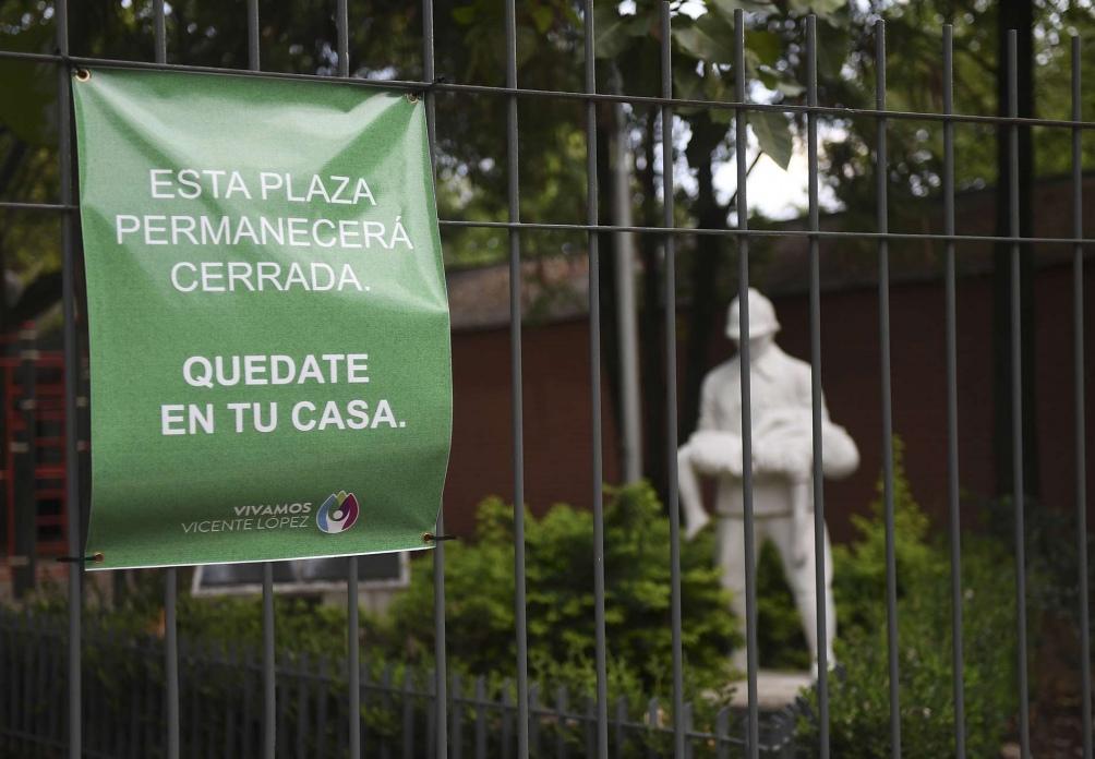 En Vicente López, las rejas invitan a quedarse en casa. Foto: Ramiro Gómez. (Télam)