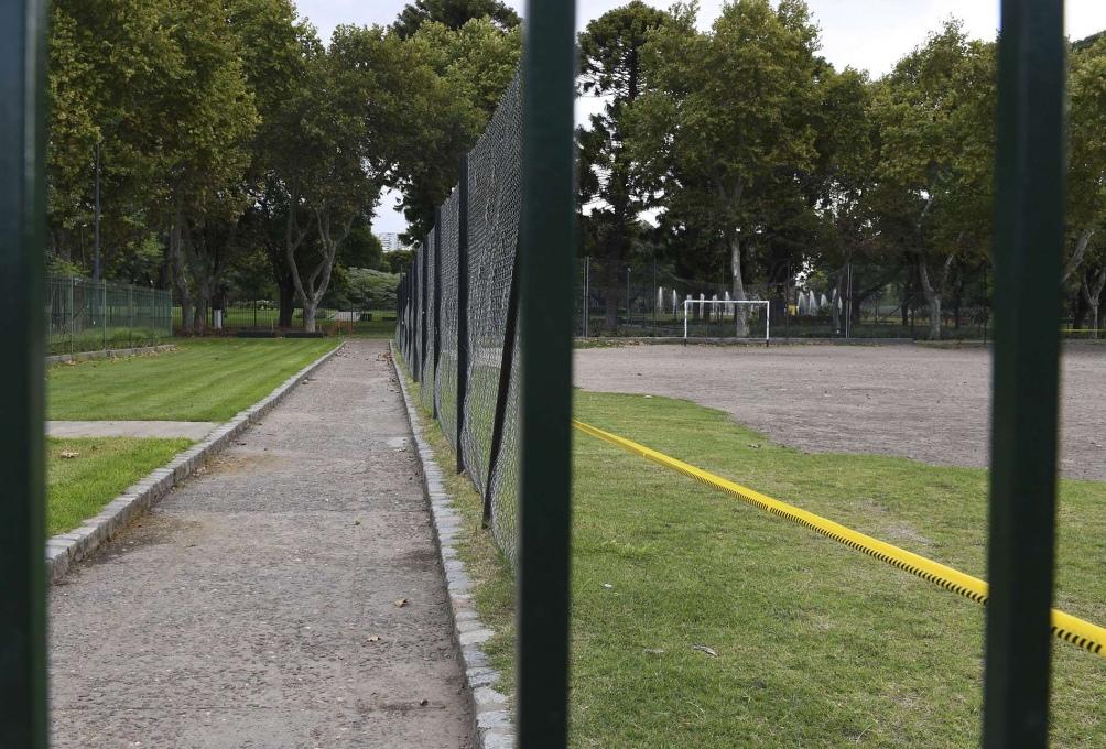 Sin fútbol profesional y sin fútbol en los parques. Foto: Maxi Luna. (Télam)