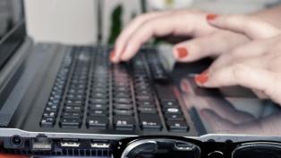 Anuncian línea de créditos subsidiada para que docentes compren equipamiento informático