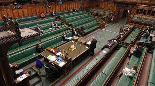 Ante el Parlamento, Johnson defendió a un asesor que rompió la cuarentena
