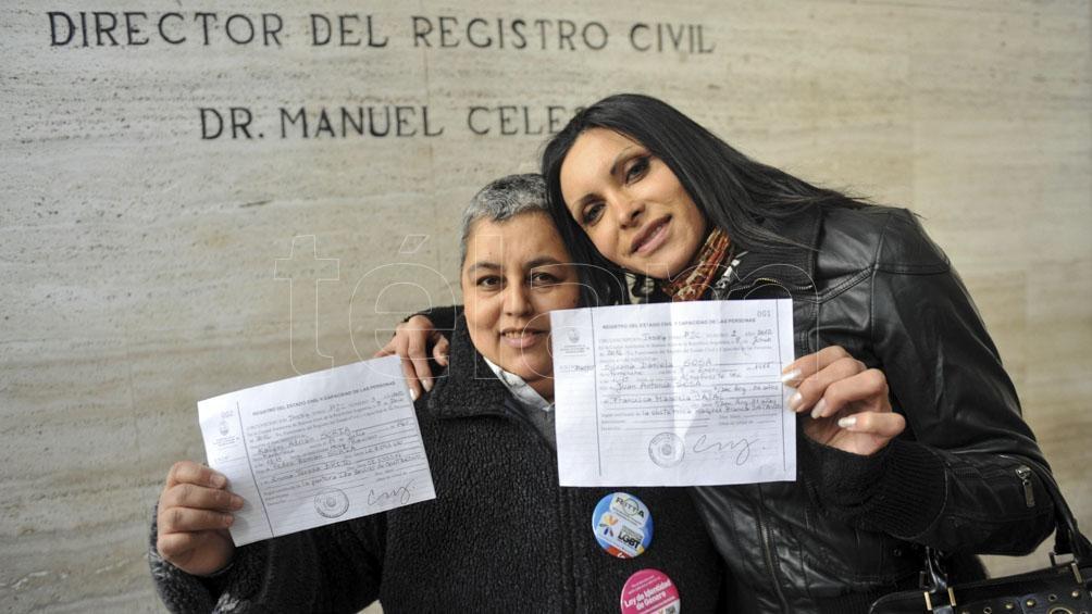 Kalym Adrián Soria y Silvana Daniela Sosa estuvieron entre las primeras personas de CABA en recibir sus partidas de nacimiento en el que consta su identidad autopercibida. Foto: Paula Ribas (Télam)