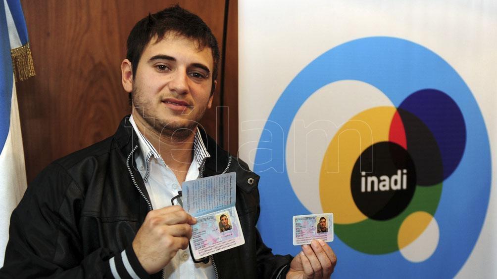 """Alejandro Iglesias, el joven """"trans"""" que se hizo conocido por su participación en """"Gran Hermano"""", también recibió su partida de nacimiento y DNI. Foto: José Casal (Télam)"""