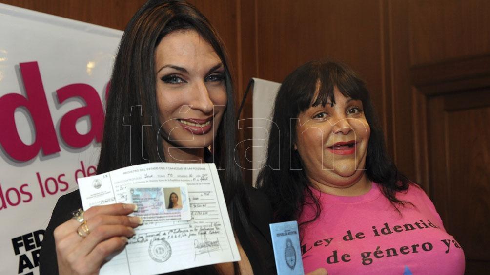 Mariana A al momento de recibir su DNI en el cual se respeta la identidad de género adoptada. Foto: Sergio Quinteros (Télam)
