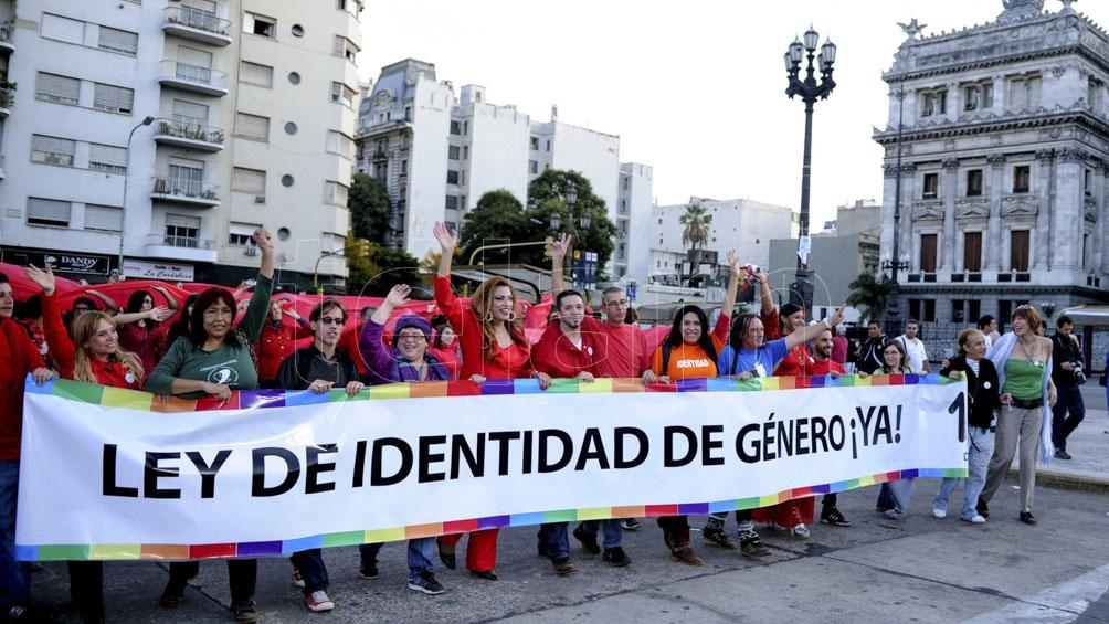 La Ley 26.743 permite que las personas trans sean inscriptas en sus documentos personales con el nombre de elección y su género, pero en su artículo 11 especifica la autorización judicial para intervenciones de cambio de sexo. Foto: Julián Álvarez.