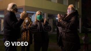 El fenómeno popular del periodista que recorre barrios y visita a la gente en cuarentena