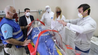 Diseñan una cápsula para el traslado de pacientes que brinda seguridad a los médicos