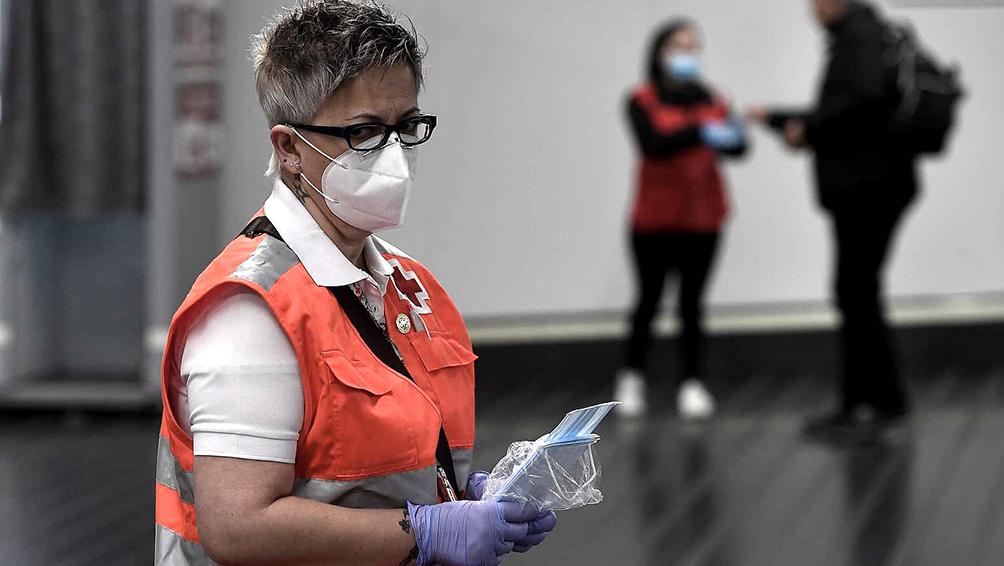 España: leve repunte del número diario de fallecidos y nuevos contagios