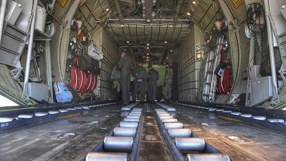 El cargamento fue organizado en la bodega del avión para que las más de siete toneladas de peso no desbalancearan al avión durante el vuelo. Foto: Ramiro Gómez (Télam)